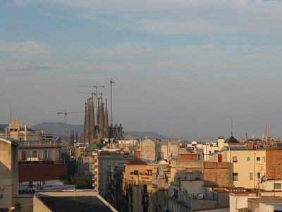 Pohled z Casa Mila na Sagrada Familia