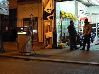Malá autodílna a benzínová pumpa v ulici rue des Archives