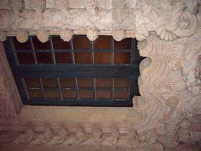 Okno v interiéru Claustro do Cristo v Tomaru