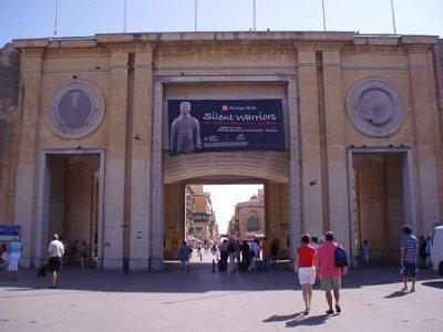 brána do Valletty - tato brána chrání Valletu, přímo před ní se nachází autobusové nádraží, z kterého se dá dojet kamkoli po celém ostrově  (nahrál: addonics)