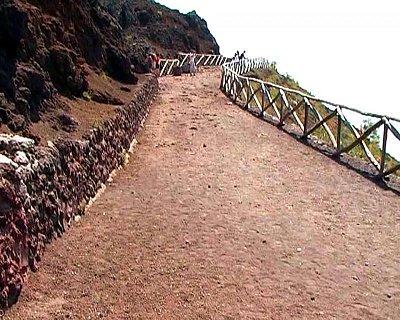 Cesta ke kráteru - Cesta na Vesuv se dá zvládnout i když je horko. (nahrál: kotoule)