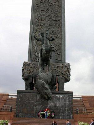 Obelisk - sv. Jiří Vítězný propichuje hada (symbol zla) (nahrál: admin)