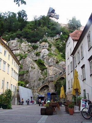Graz 02 - Pohled na vchod do podzemí Schlossbergu . Lze se projet podzemním vláčkem. Vhodné pro rodiny s dětmi. Pohádková expozice. (nahrál: Martin Svozil)